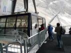 Einstieg in die Gletscherbahn: Einstieg vom Zugspitzplatt auf die 400 Höhenmeter lange Fahrt auf die Zugspitze.