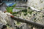 Miniatur Wunderland: Bergkulisse mit Eisenbahnbrücke